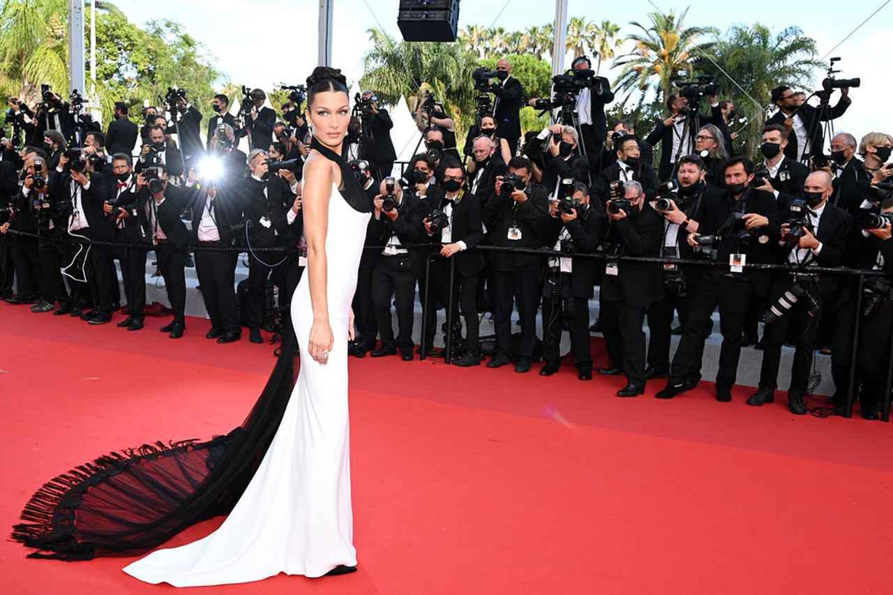 画像1: ベラ・ハディッドが「セクシーすぎるドレス」を振り返る