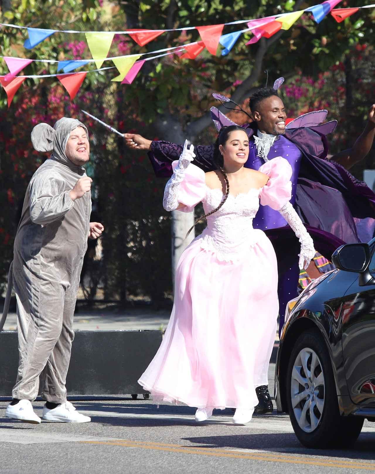 画像3: カミラ・カベロ、『シンデレラ』の衣装を着て路上に出没!