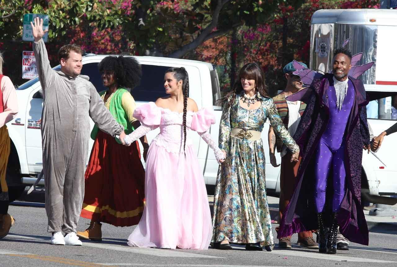 画像2: カミラ・カベロ、『シンデレラ』の衣装を着て路上に出没!