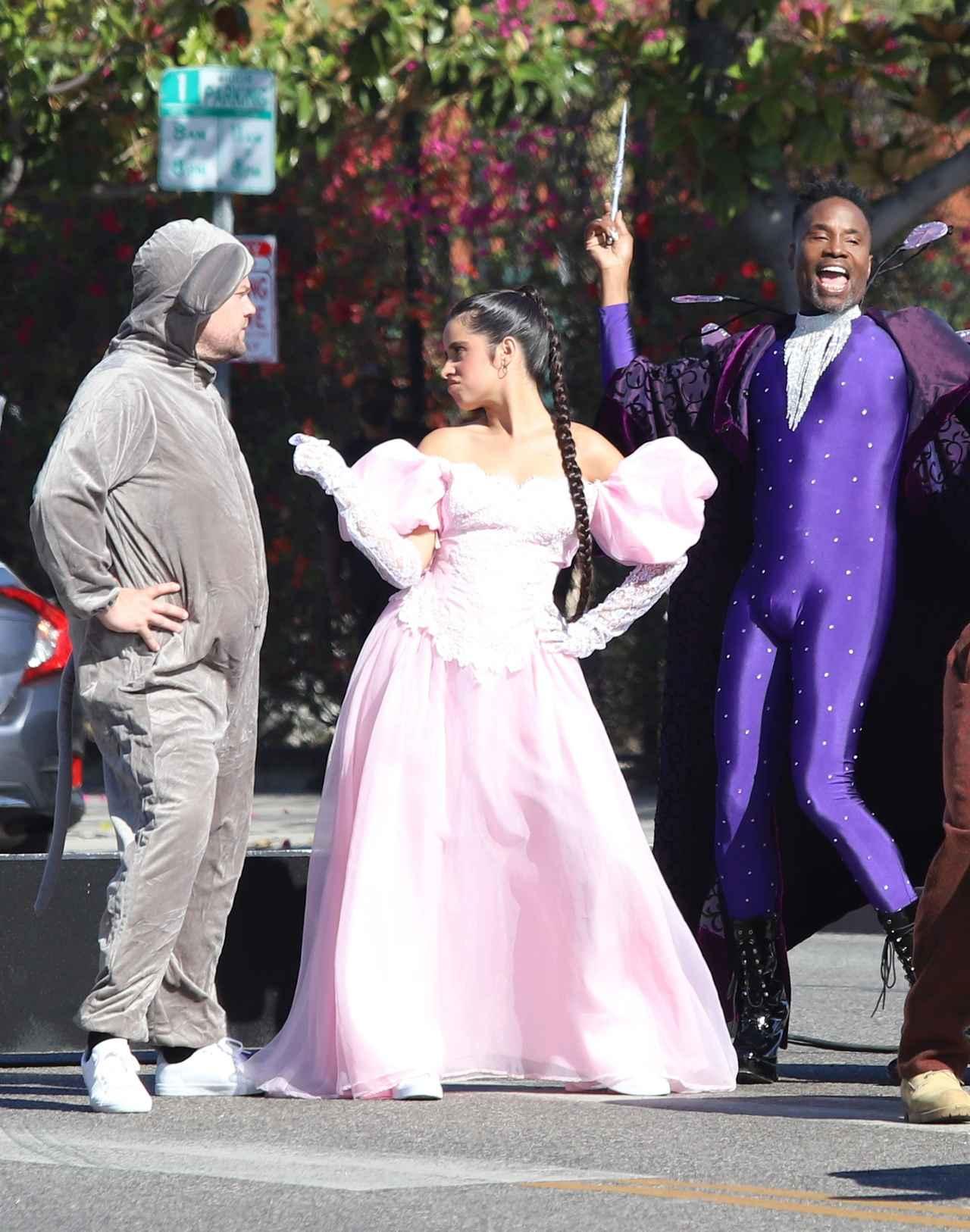画像1: カミラ・カベロ、『シンデレラ』の衣装を着て路上に出没!
