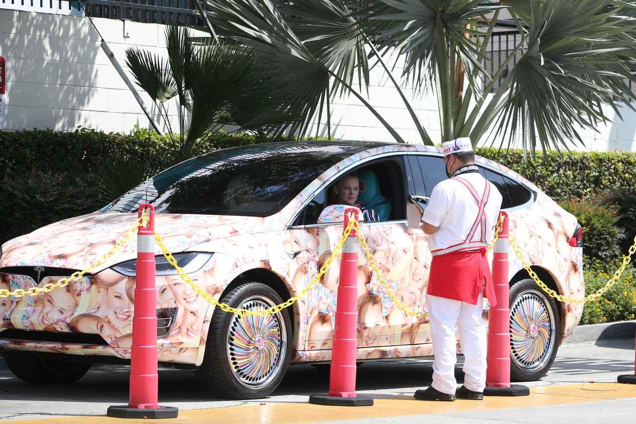画像2: ジョジョ・シワ、顔面テスラ車でファストフード店へ