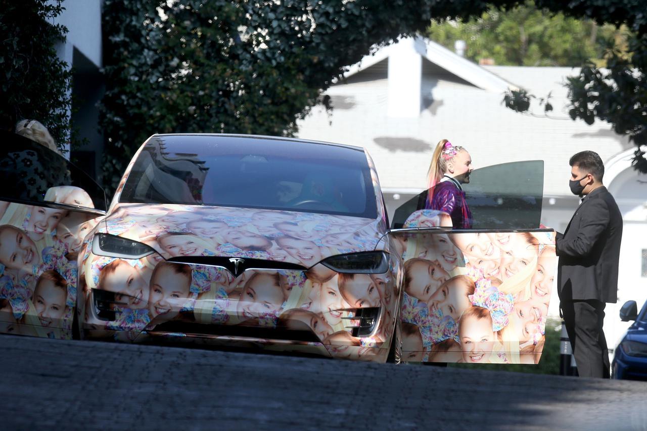 画像3: ジョジョ・シワ、顔面テスラ車でファストフード店へ