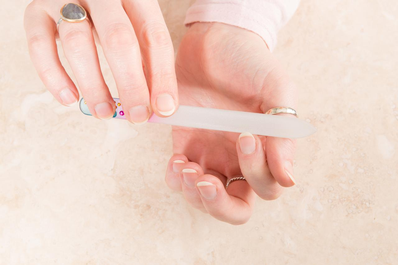 画像: ガラス製爪やすりの使い方