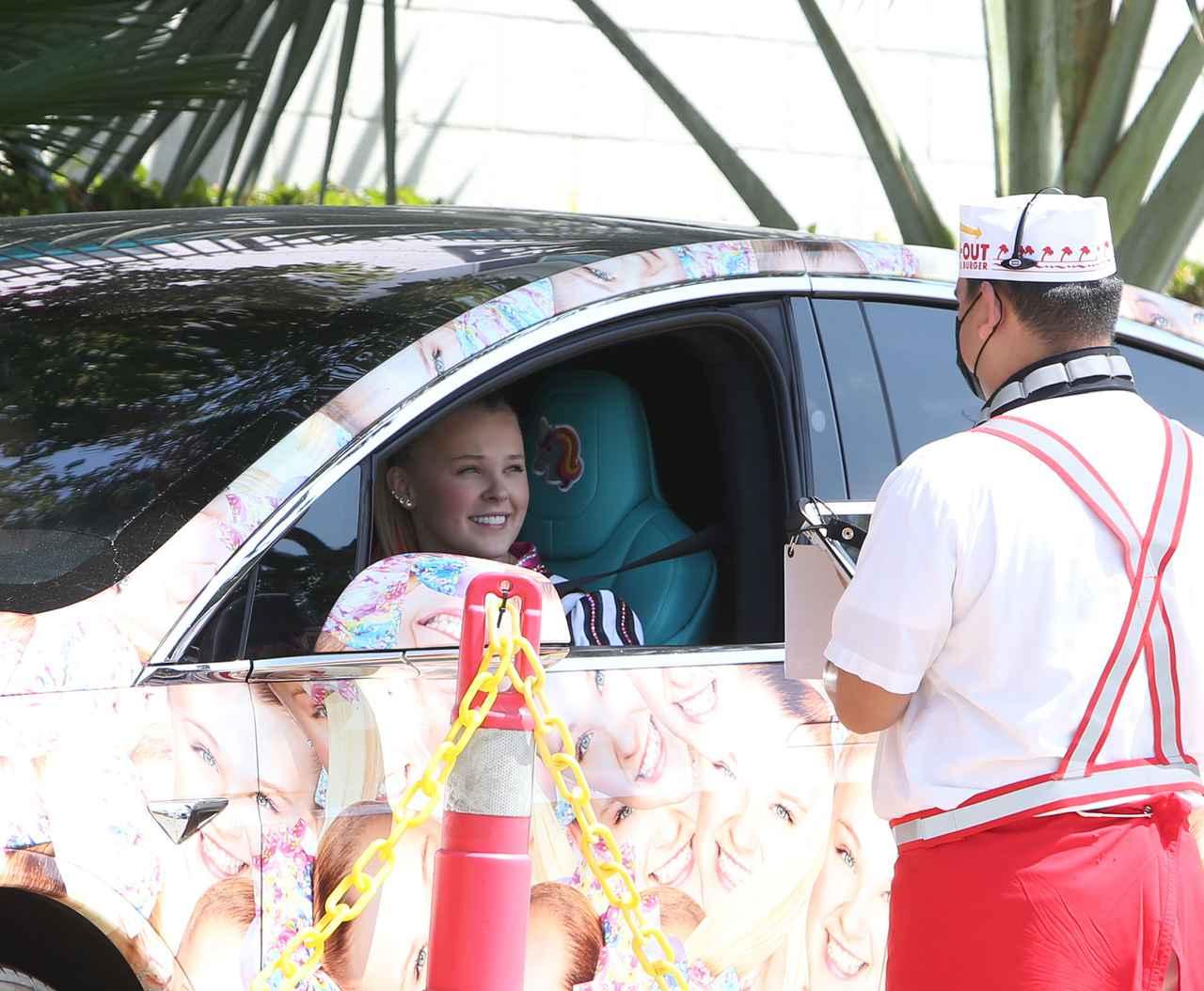 画像1: ジョジョ・シワ、顔面テスラ車でファストフード店へ