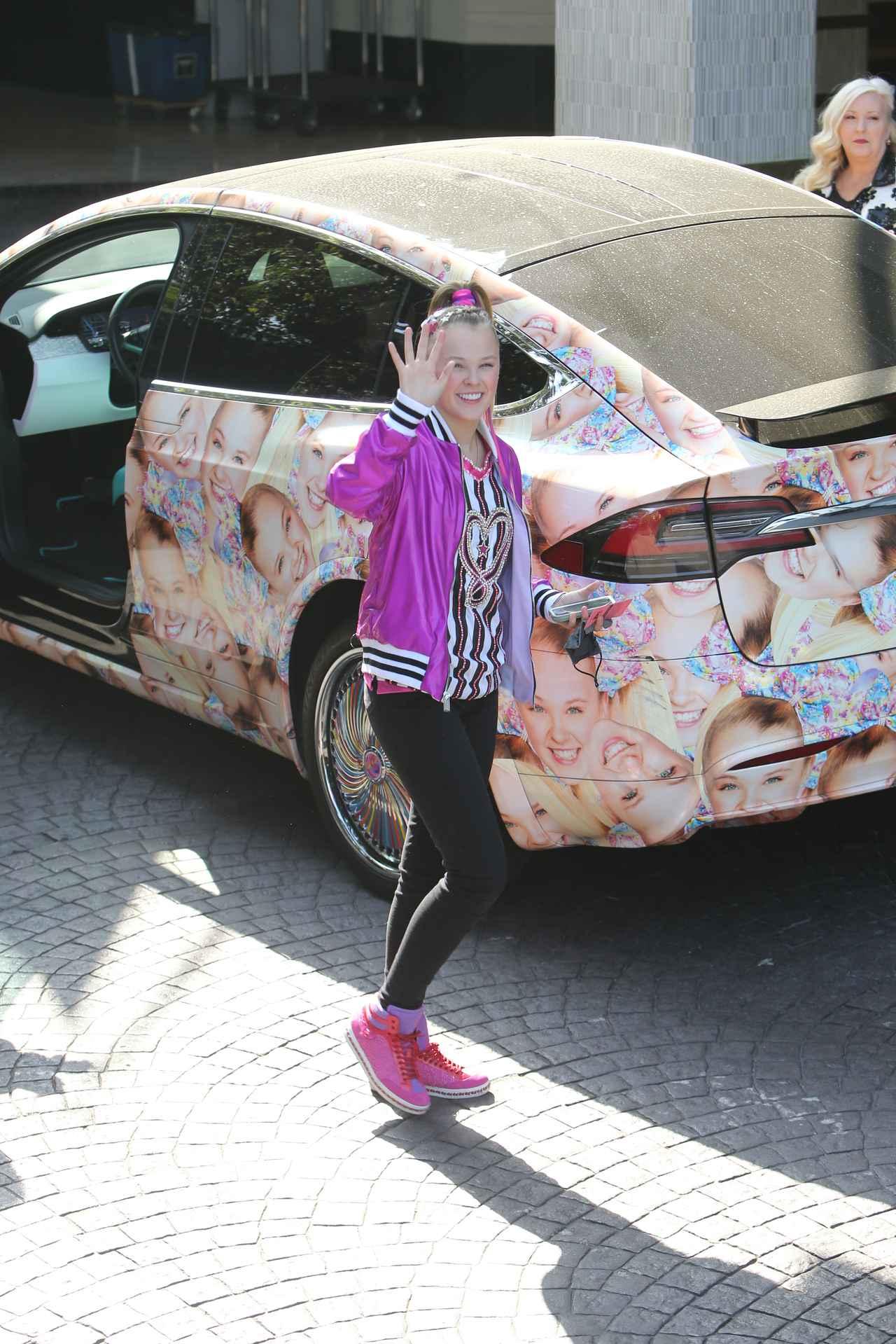 画像4: ジョジョ・シワ、顔面テスラ車でファストフード店へ