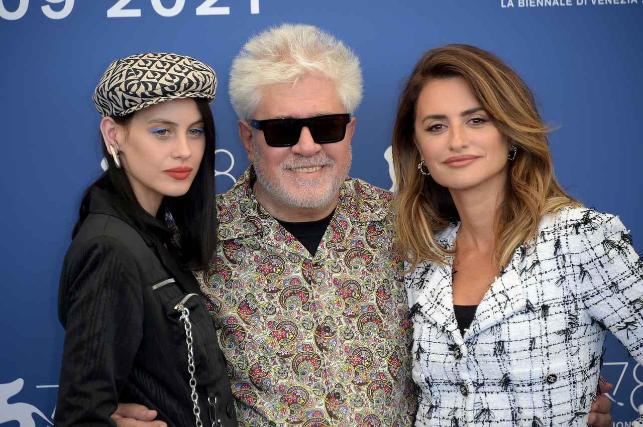 画像: 映画『Madres Paralelas』のミレナ・スミット(左)、ペドロ・アルモドバル監督(中央)、ペネロペ・クルス(右)