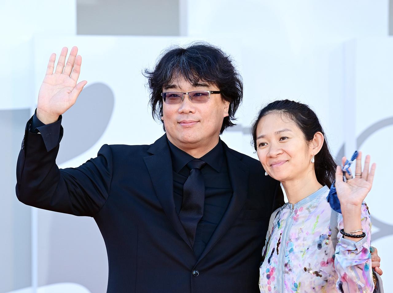 画像: ポン・ジュノ監督(左)、クロエ・ジャオ監督(右)