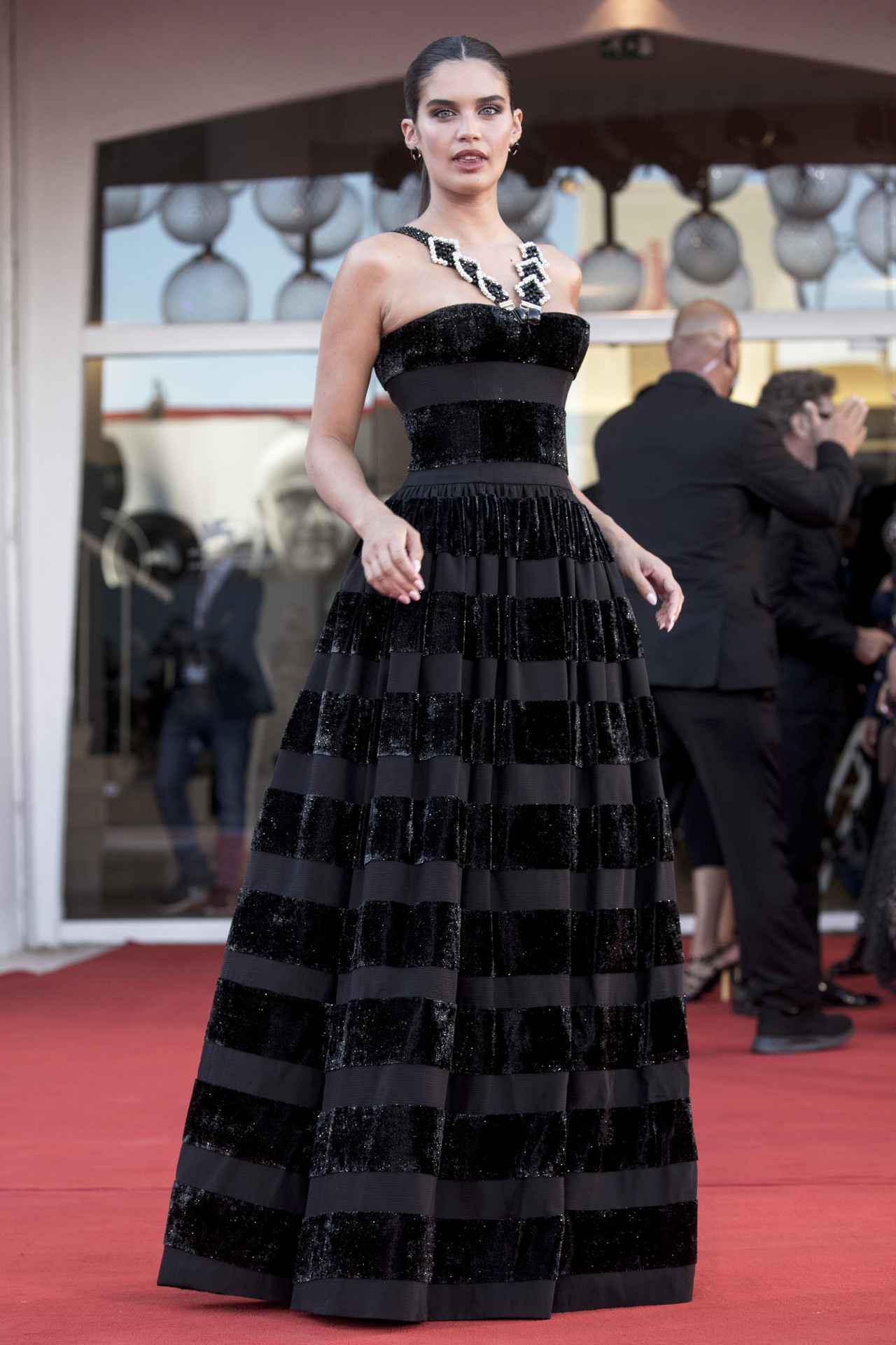 画像2: サラのドレスがアレンジされていた