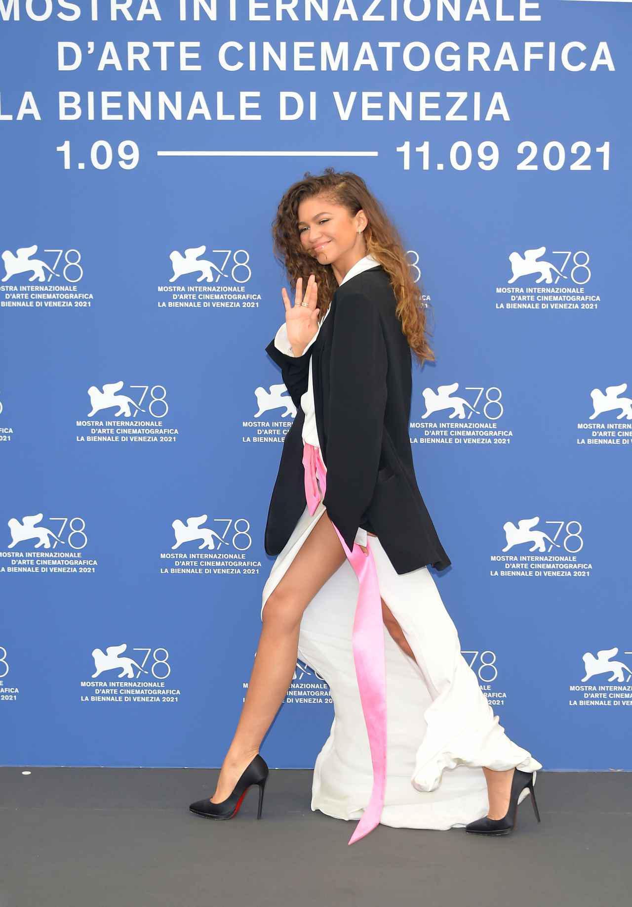 画像4: ゼンデイヤがヴァレンティノのドレスを着用