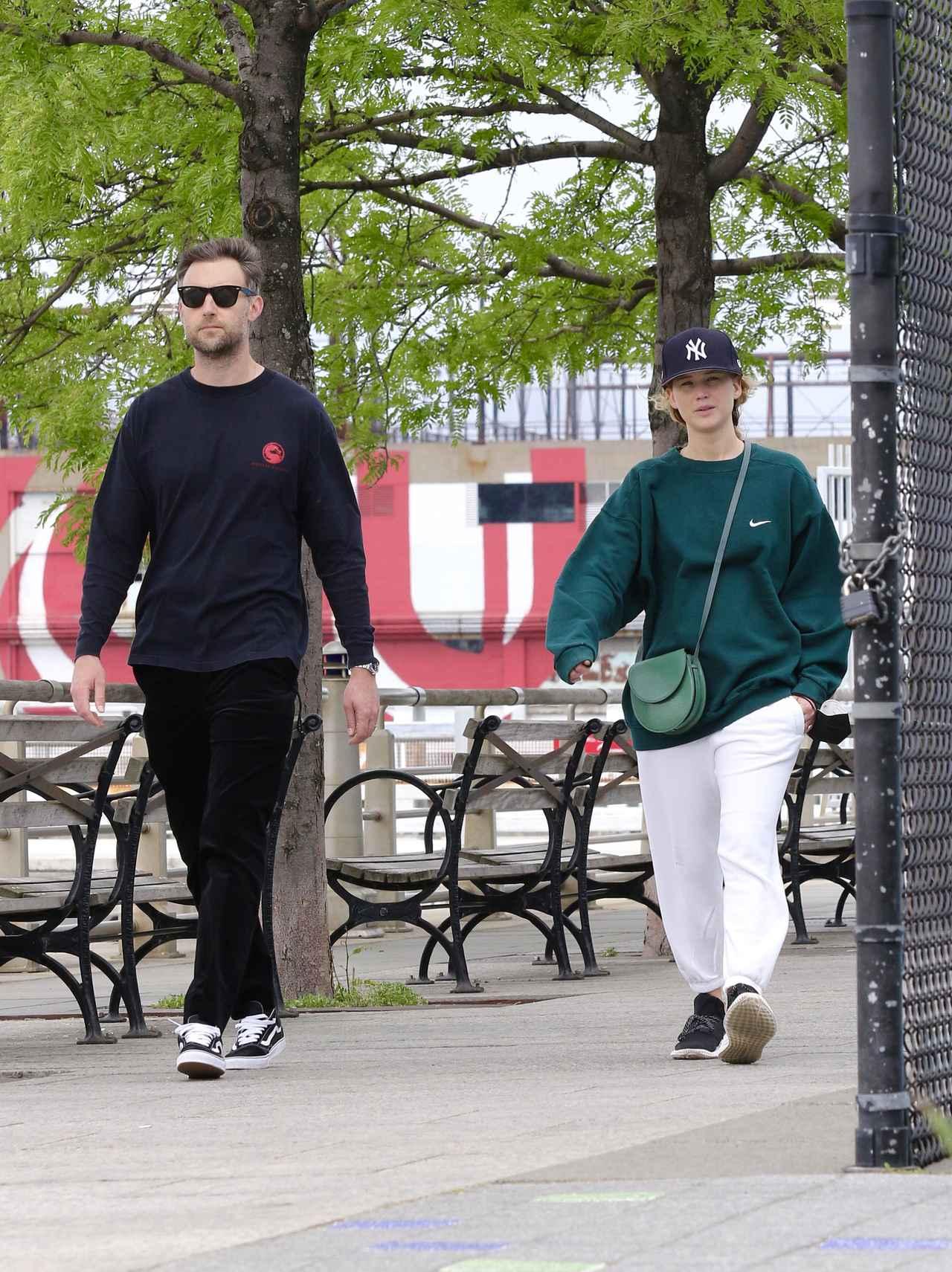 画像: 今年5月に米ニューヨークで一緒にいるところを目撃されたジェニファー・ローレンスとクック・マロニー。