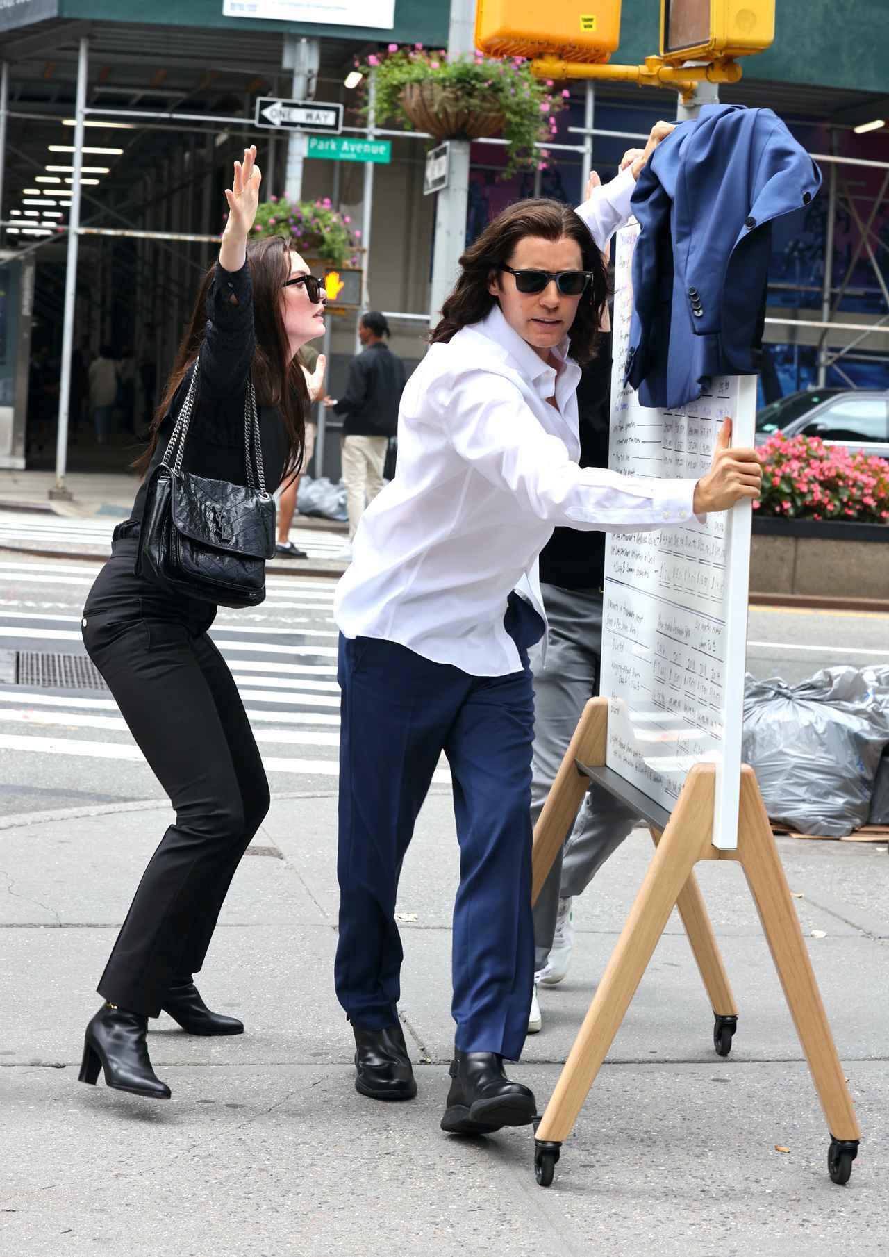画像3: アンとジャレッドが街でいざこざ?