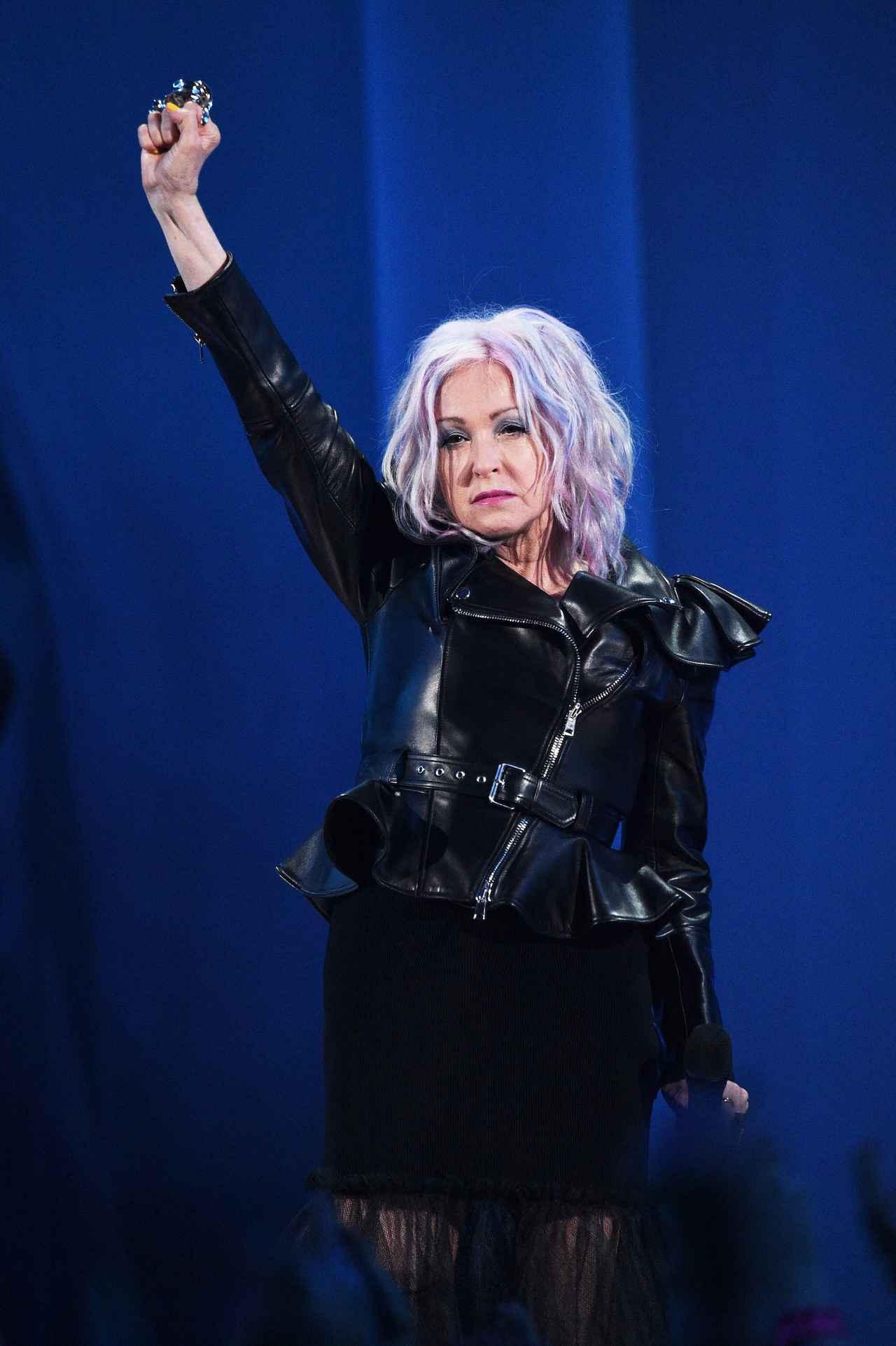 画像: シンディ・ローパーがMTV VMAでスピーチ