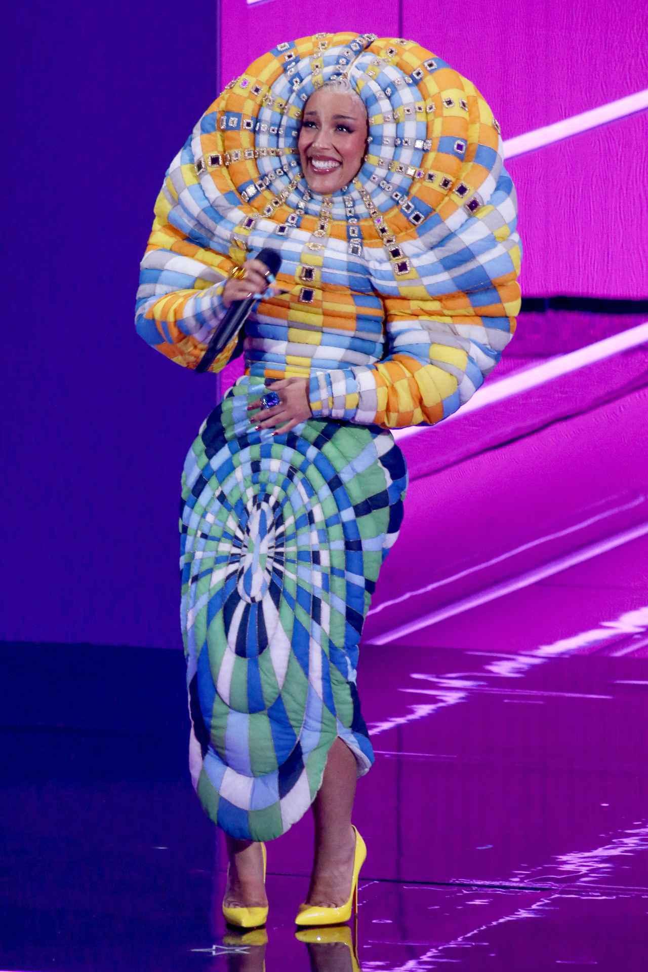 画像4: ドージャ・キャットの衣装が個性的すぎる