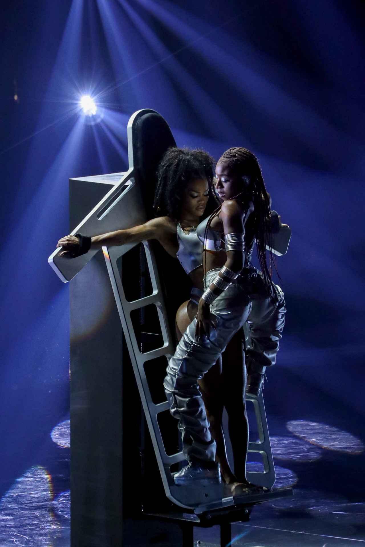画像3: VMAでジャネットとアリーヤをオマージュ