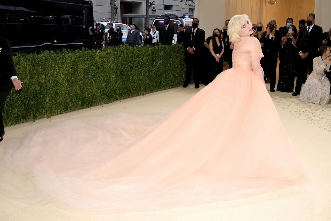 画像1: ビリー・アイリッシュ、Oscar de la Rentaのドレスを着用