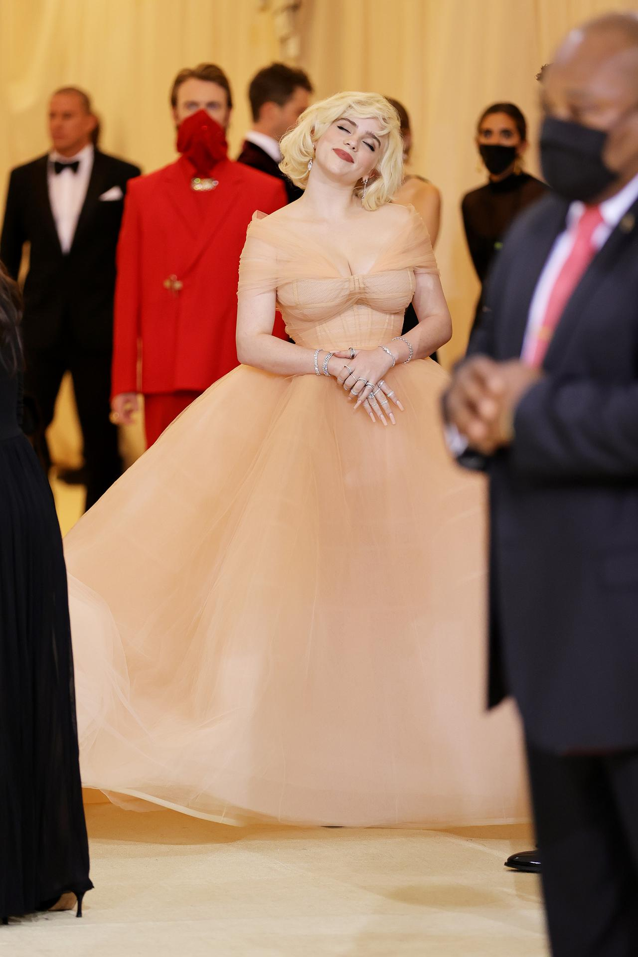 画像5: ビリー・アイリッシュ、Oscar de la Rentaのドレスを着用