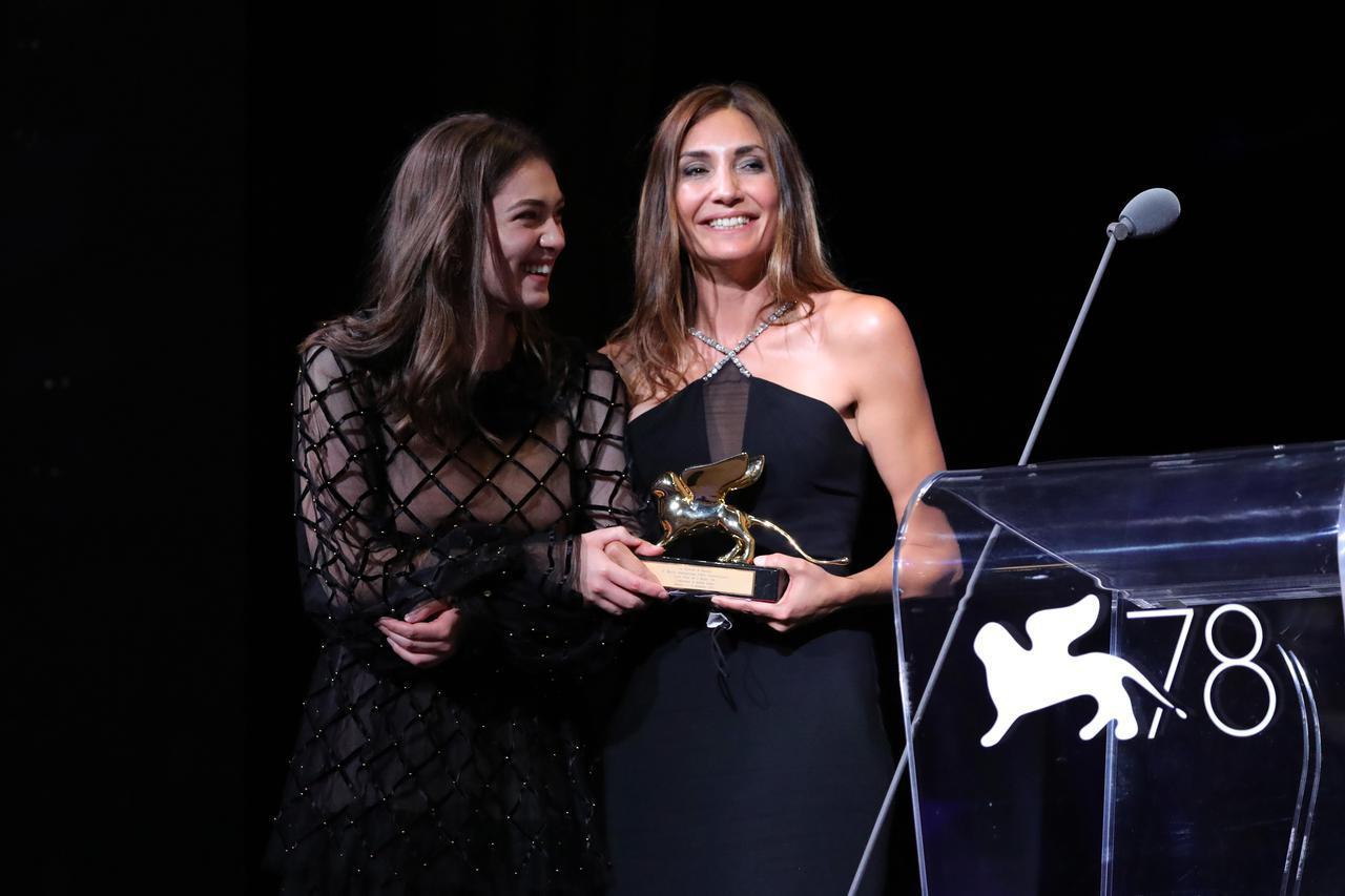 画像: ヴェネチア国際映画祭に出席した主演のアナマリア・ヴァルトロメイ(左)とオドレイ・ディワン監督(右)。