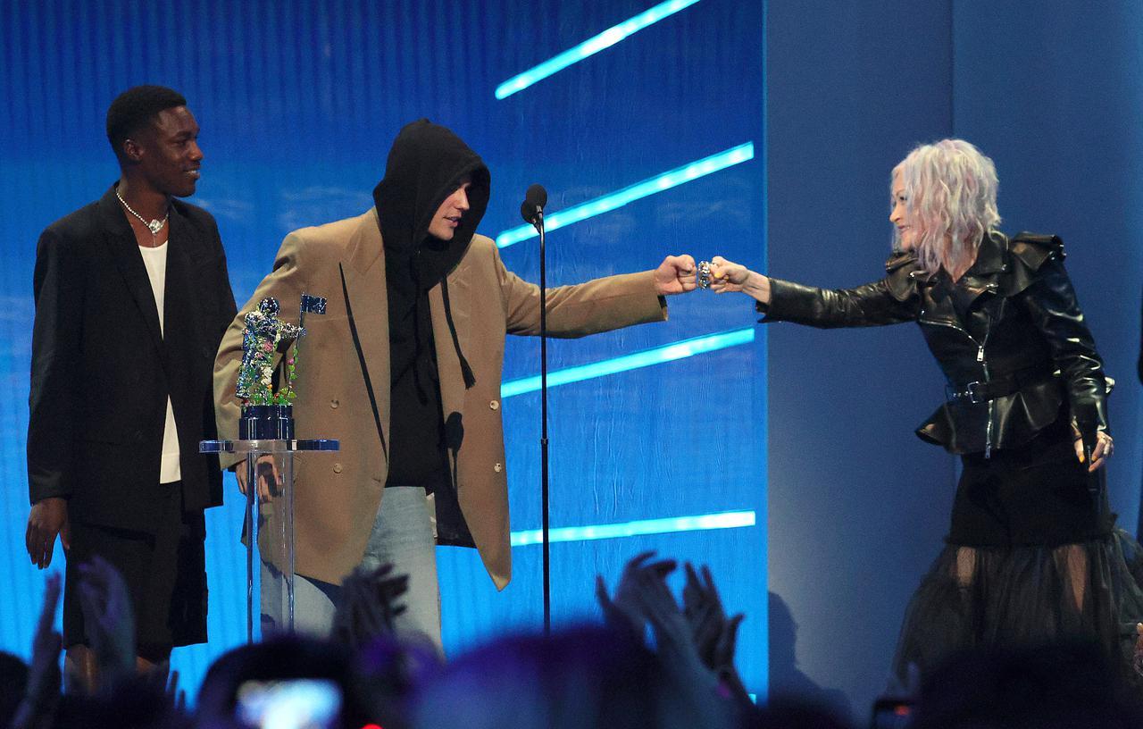 画像: 「Peaches」で最優秀ポップ賞を受賞したジャスティン・ビーバーとギヴィオンを祝福するシンディ・ローパー。