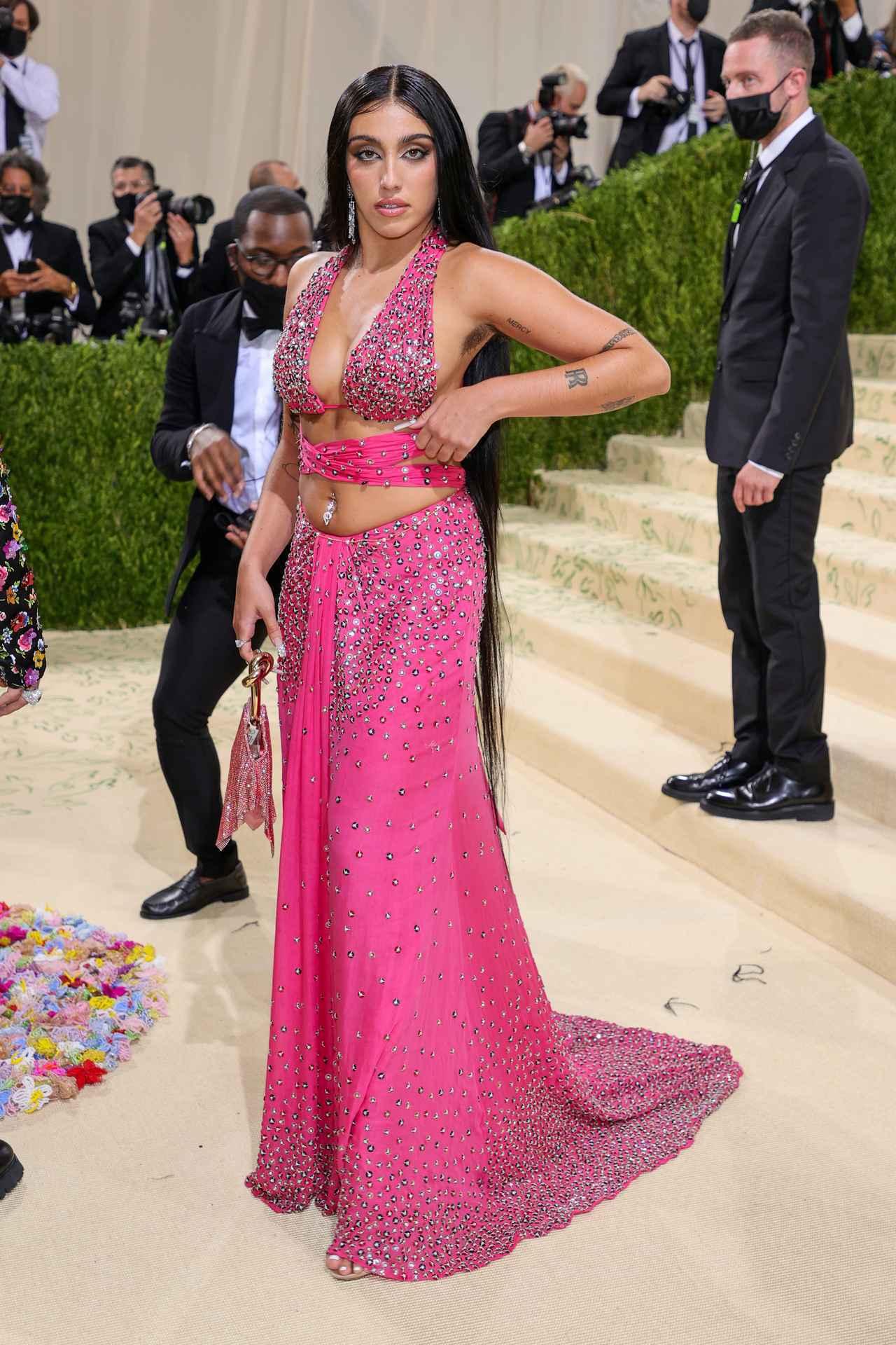 画像2: ローデスがモスキーノのドレスで登場