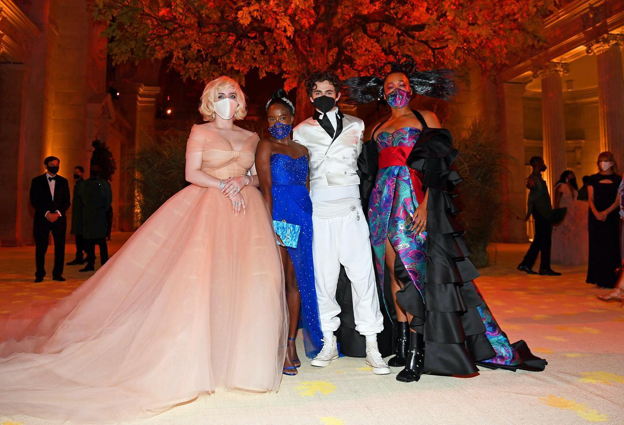 画像1: ローデスがモスキーノのドレスで登場