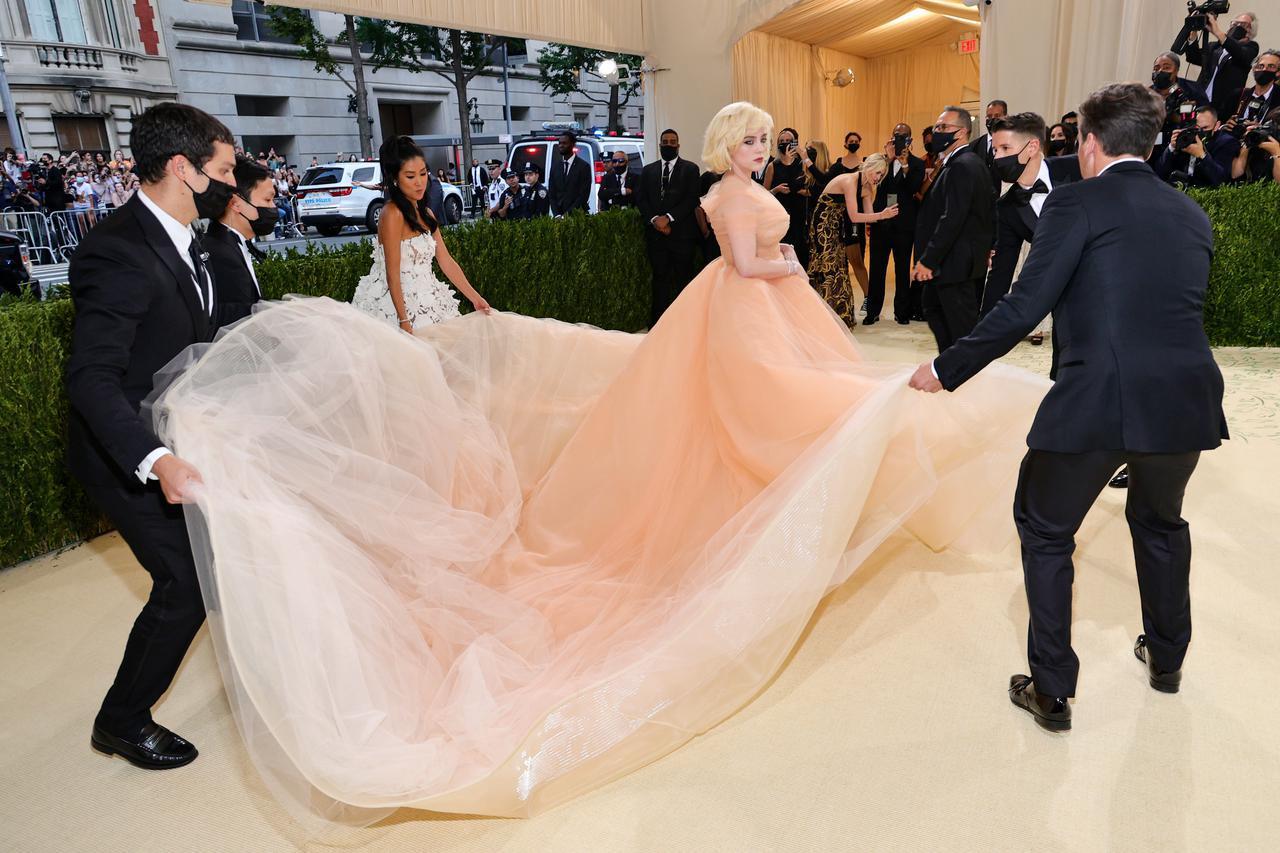 画像: メットガラでオスカー・デ・ラ・レンタのドレスを着用したビリー・アイリッシュ