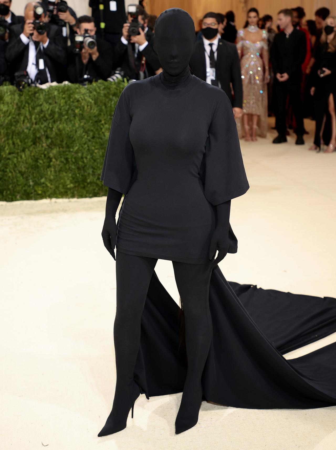 画像: SNSで話題をさらったキム・カーダシアンの覆面ファッション