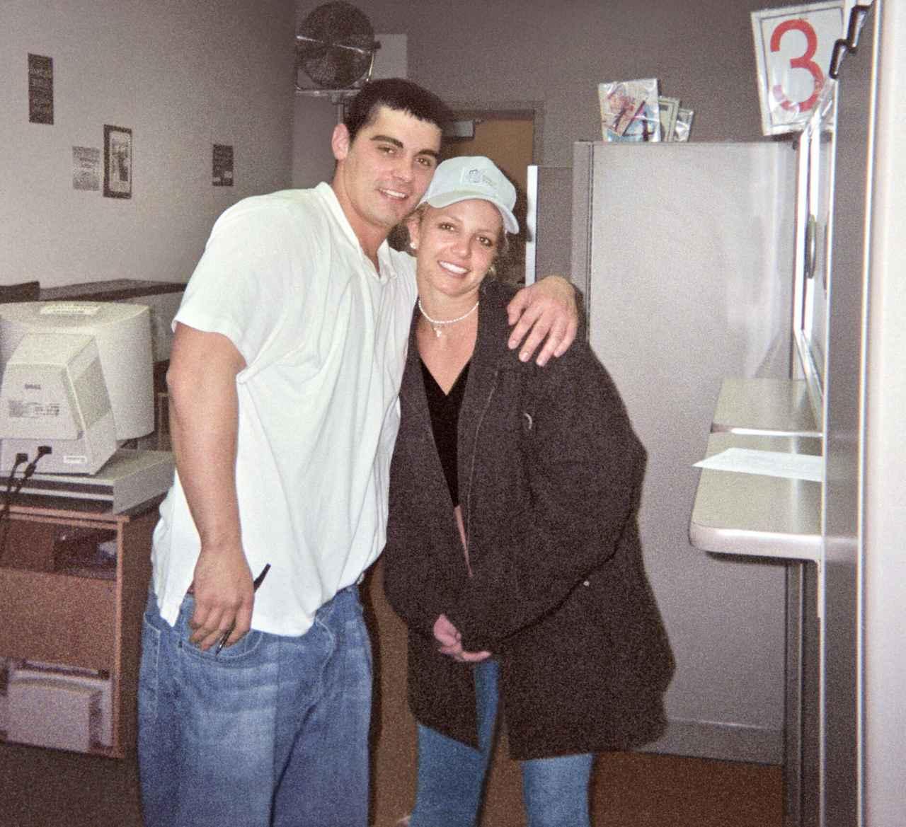 画像: 2004年1月にジェイソン・アレクサンダー(左)と55時間だけ夫婦になったブリトニー・スピアーズ。