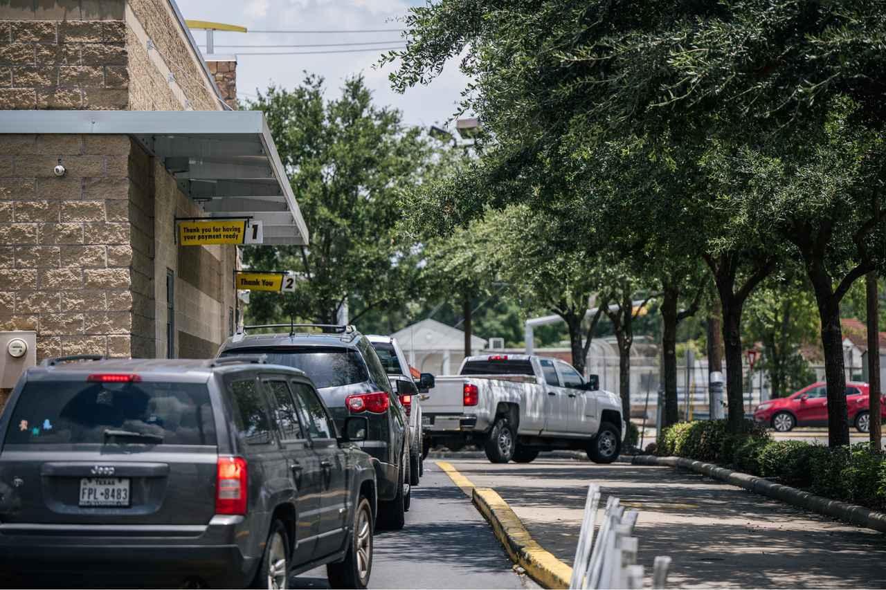 画像: マクドナルドのドライブスルーで悲劇的な事故が起きる