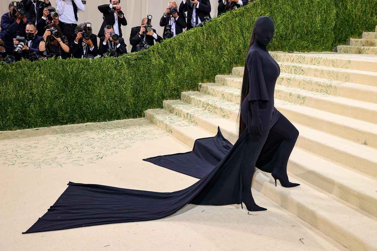 画像: キム・カーダシアンのドレスの裾が…