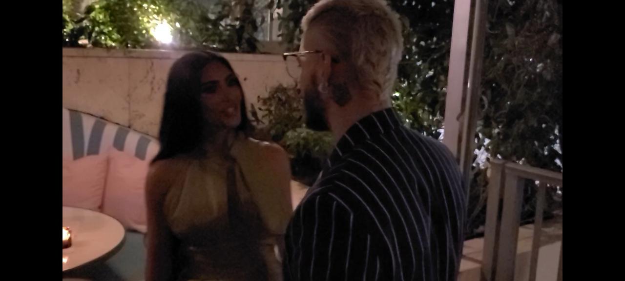 画像: 米現地時間4月17日に行なわれたホテルのオープニングセレモニーで話すキム・カーダシアンとマルーマ。