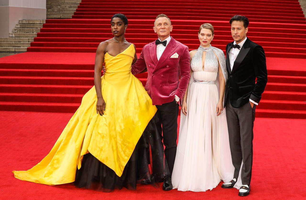 画像: 左からラシャーナ・リンチ、ダニエル・クレイグ、レア・セドゥ、キャリー・フクナガ監督。
