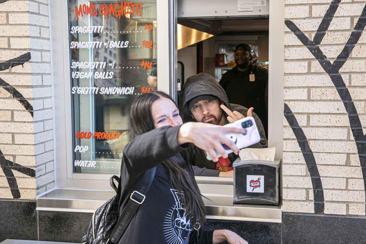 画像2: エミネムがスパゲティ屋でファンと交流