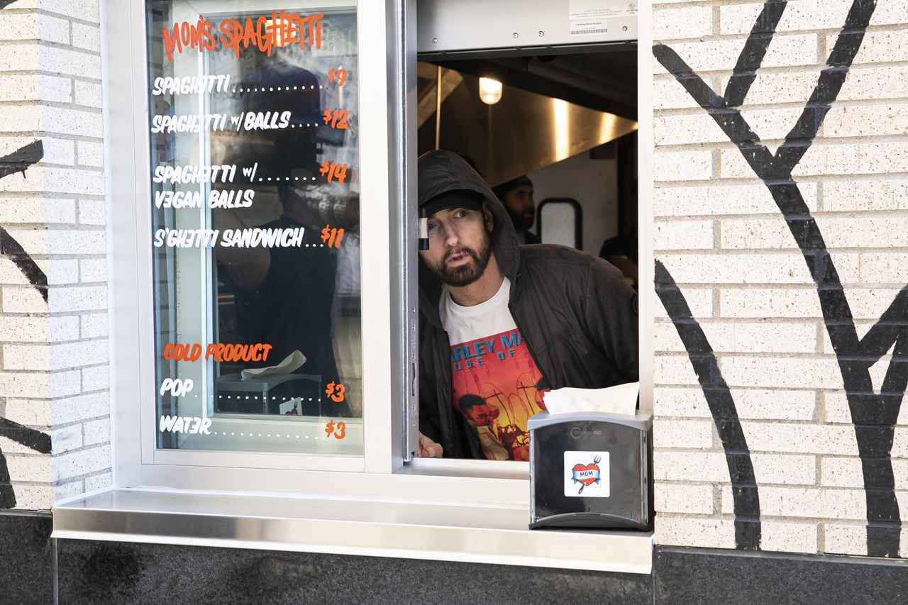 画像1: エミネムがスパゲティ屋でファンと交流