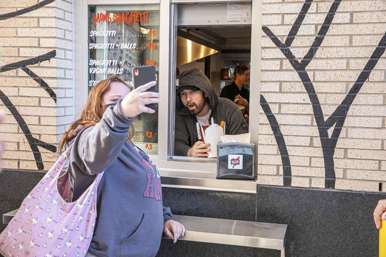 画像4: エミネムがスパゲティ屋でファンと交流