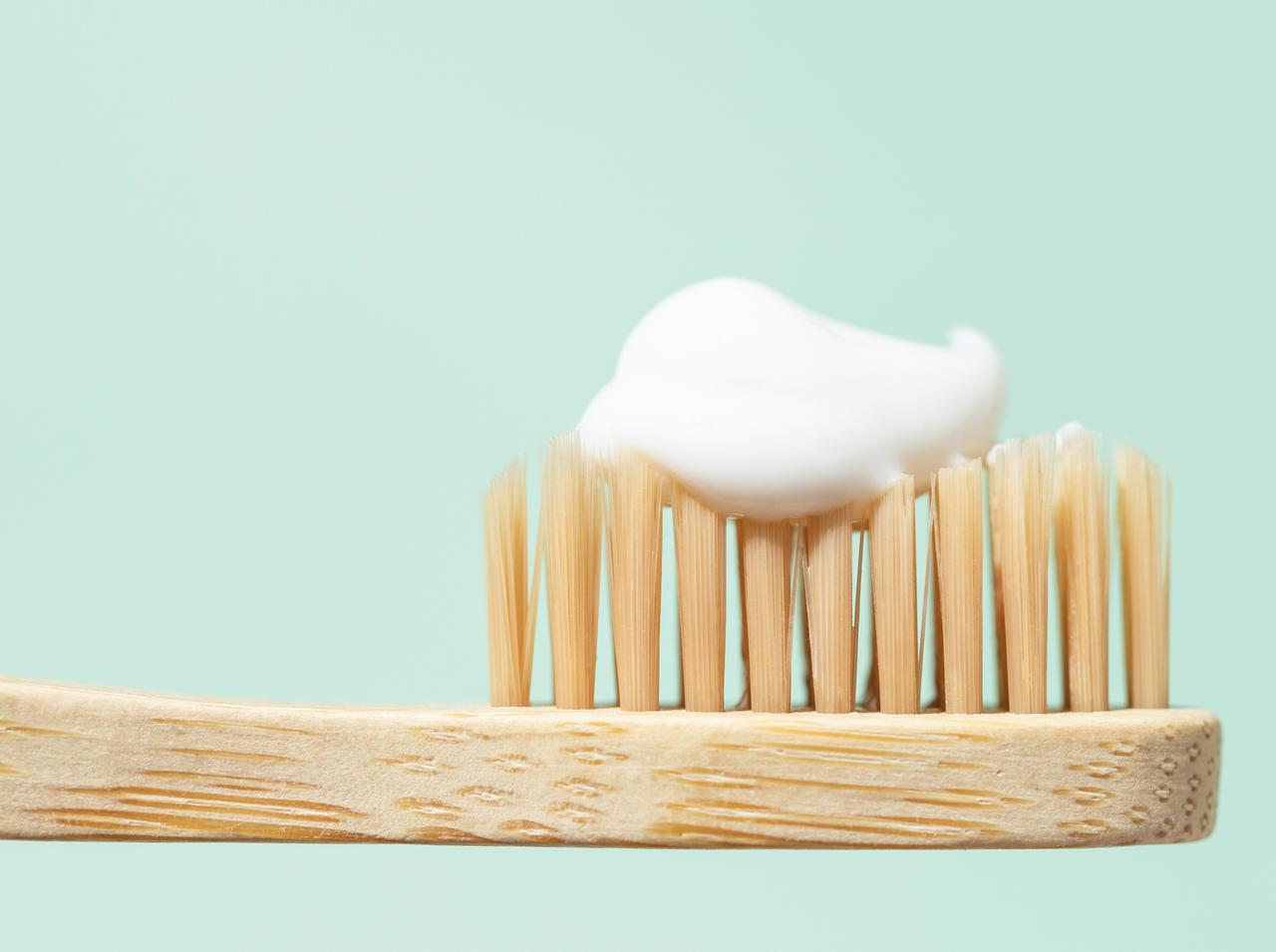 画像: 歯磨き粉を使ってマニキュアを落とす