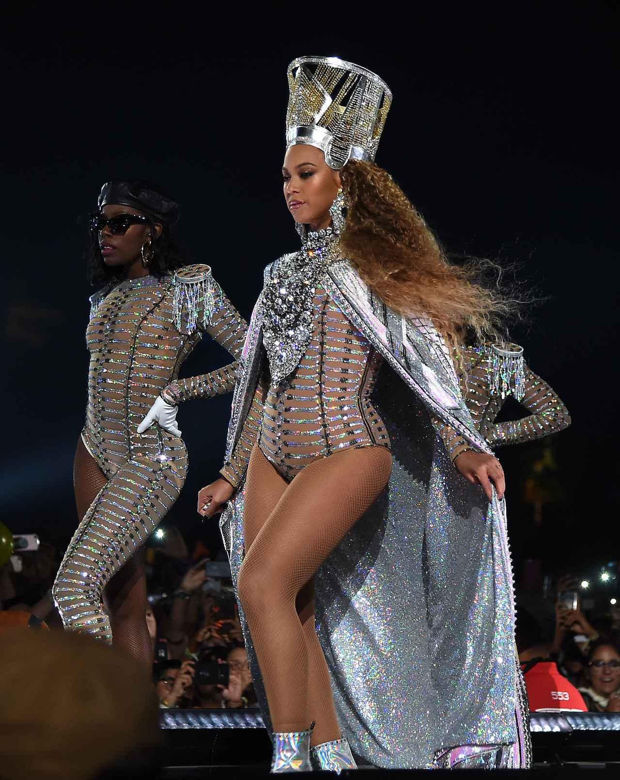 画像: オリヴィエがデザインした衣装を身に着けてパフォーマンスするビヨンセ。