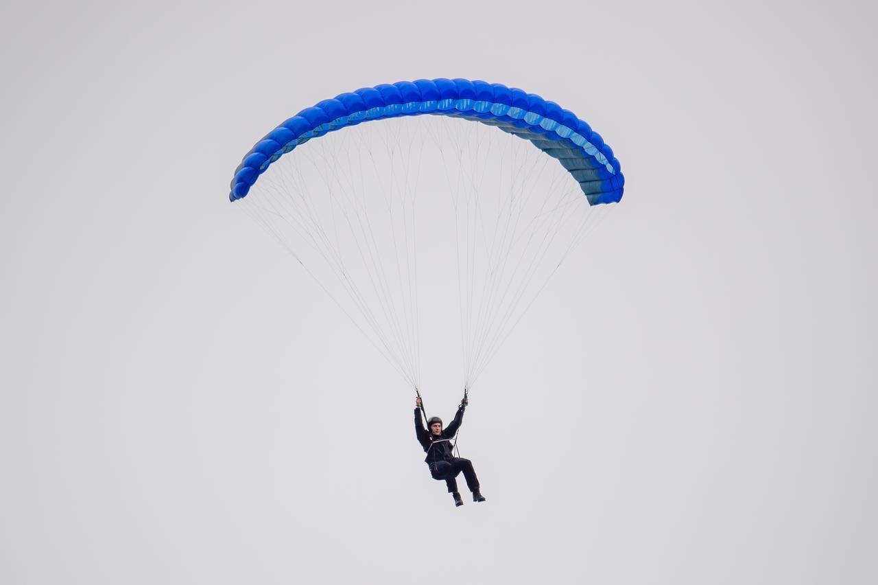 画像1: 空から降ってきたトム・クルーズとハイキング中にばったり