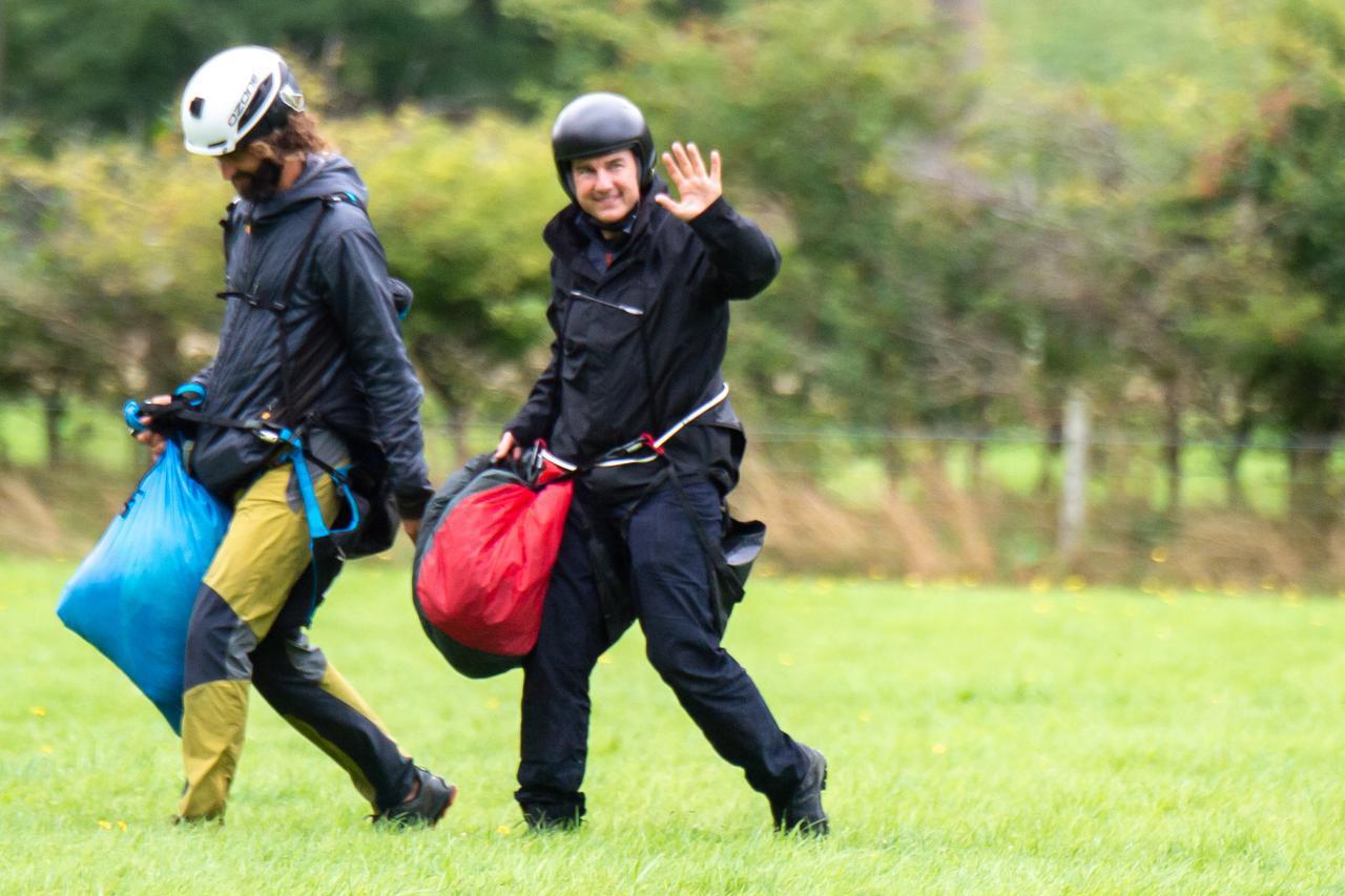 画像3: 空から降ってきたトム・クルーズとハイキング中にばったり