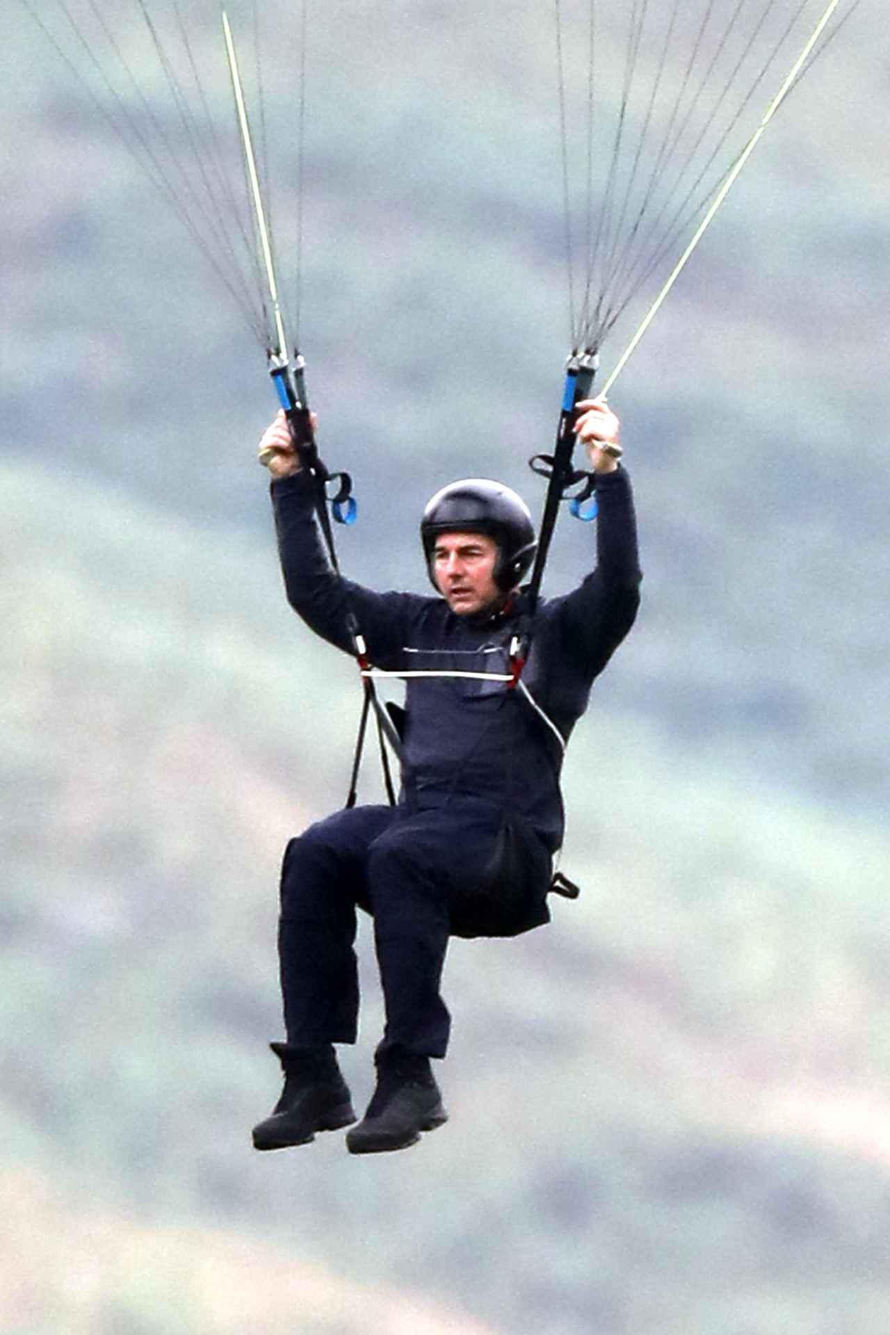 画像2: 空から降ってきたトム・クルーズとハイキング中にばったり