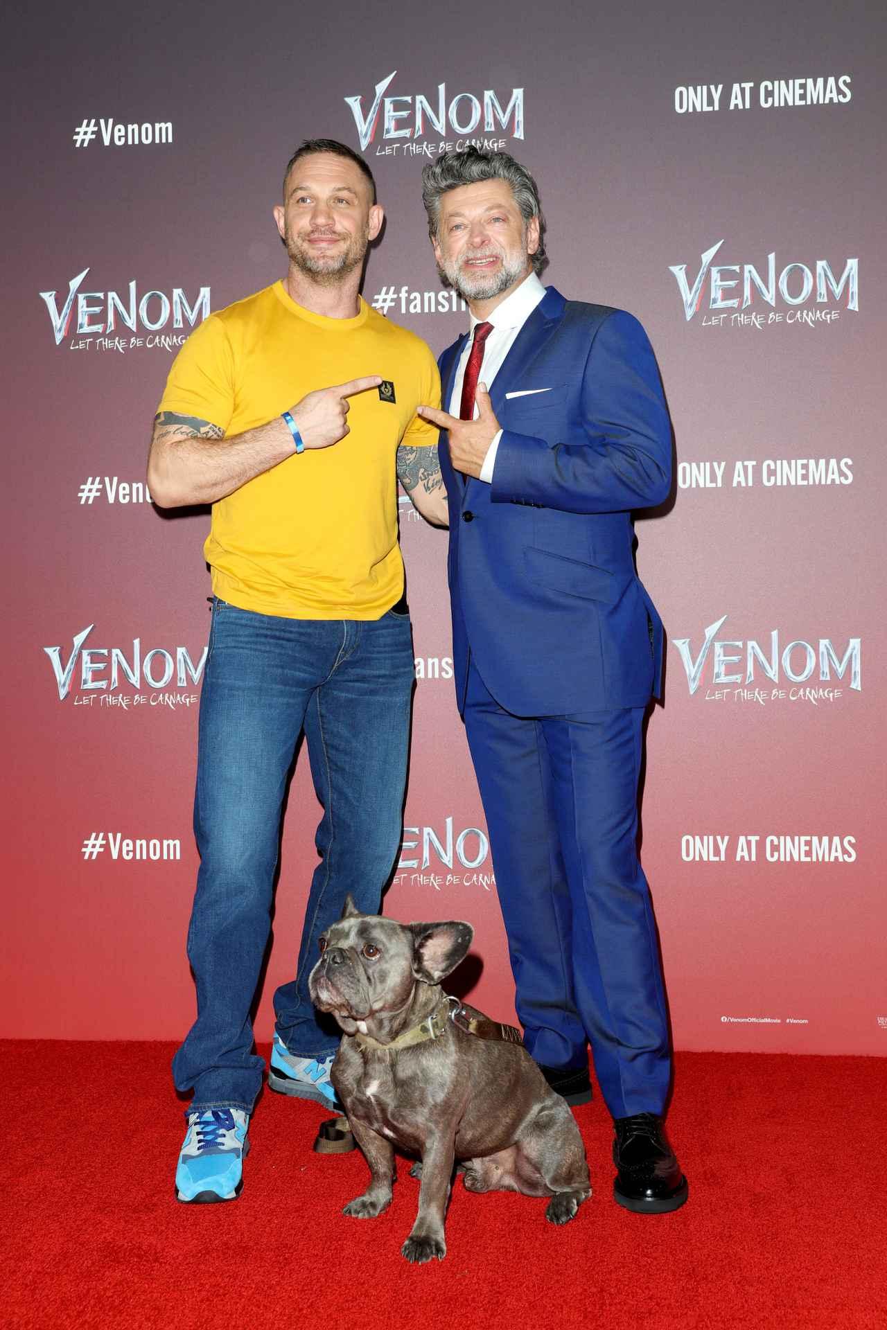 画像: トム・ハーディ(左)、アンディ・サーキス(右)、トムの愛犬ブルー(中央下)