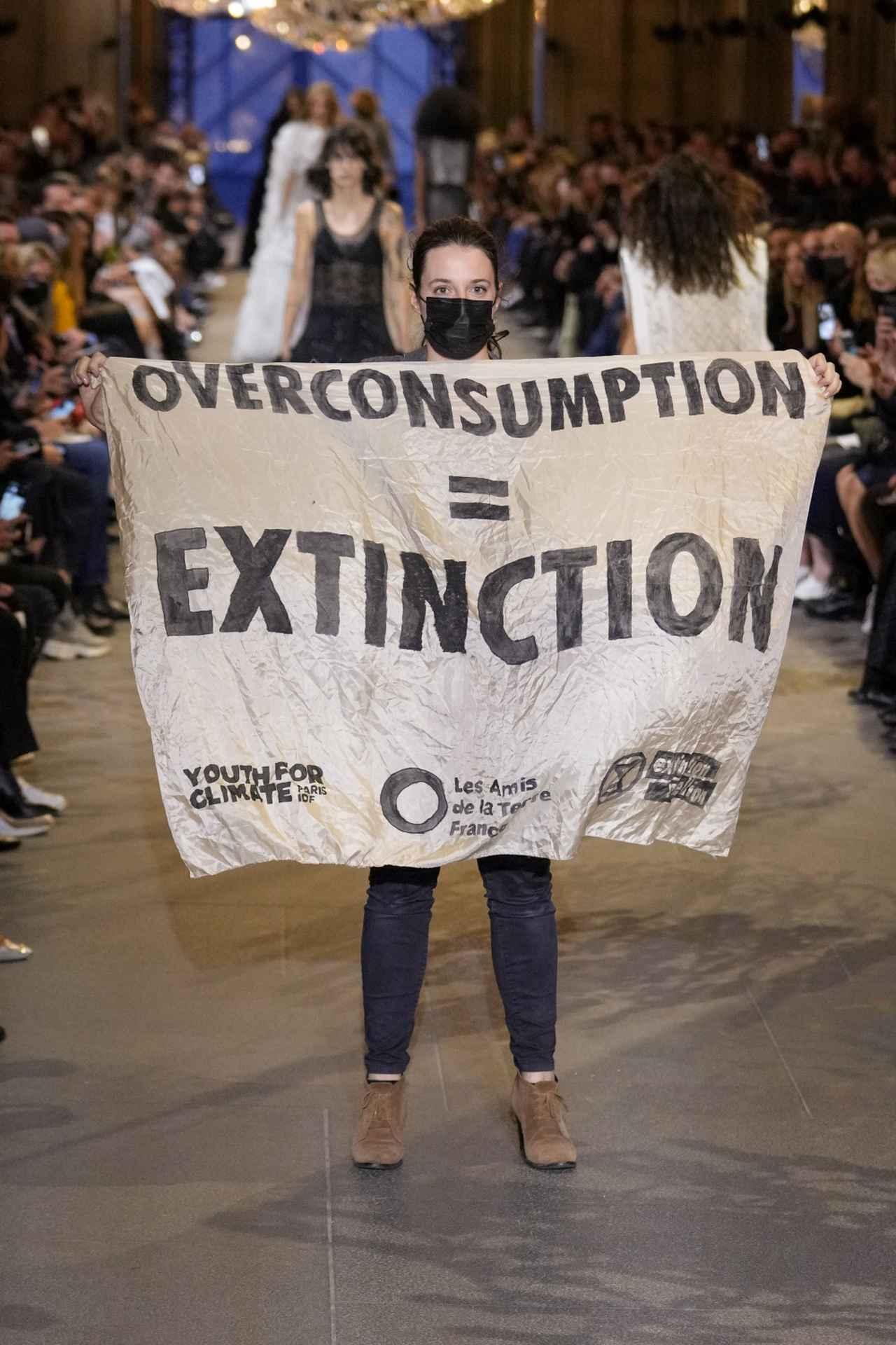画像1: 環境活動家がショーに乱入