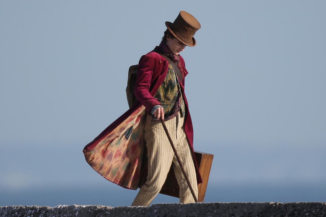 画像1: ティモシー・シャラメが海辺を歩く