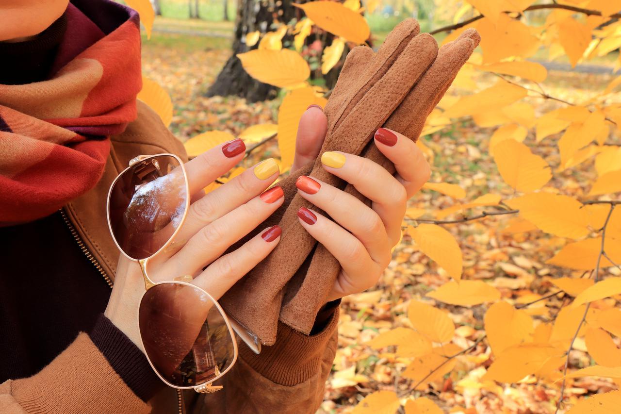 画像: 深みカラーのネイルをキレイに仕上げる方法