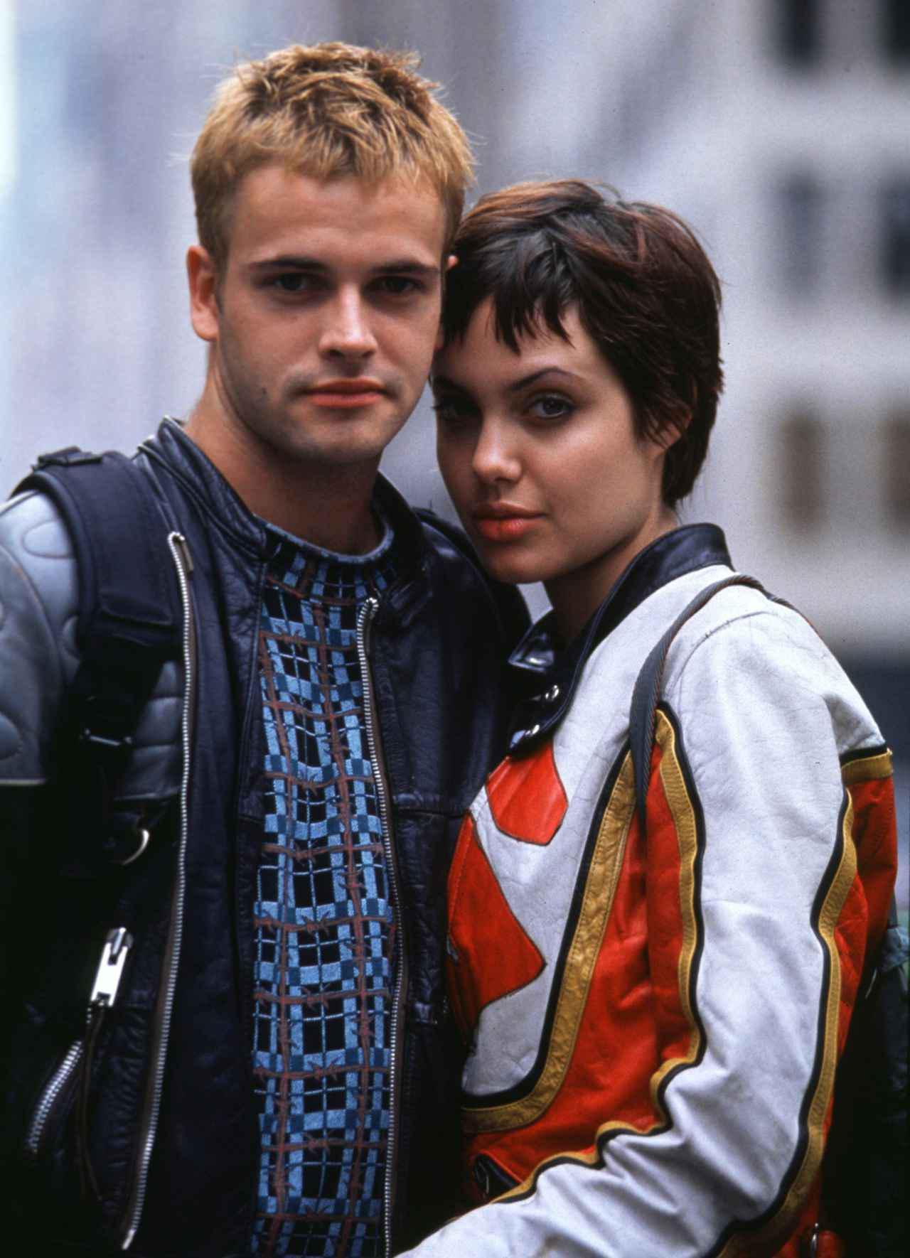 画像: 映画『サイバーネット』より、若かりし頃のジョニー・リー・ミラーとアンジェリーナ・ジョリー。 ©︎United Archives/Impress/United Archives/Newscom