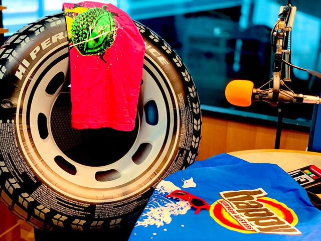画像: ★チューブ(タイヤの浮き輪)とhappyとマンピーTシャツ。木曜ADの私物たち。