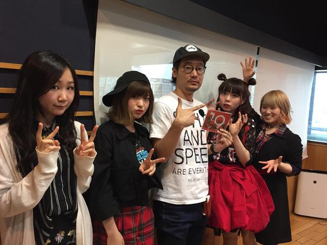 画像: 本日のゲスト「ЯeaL」の皆さん! 左から→Ba.Cho.のFumihaさん、Dr.Cho.のAikaさん、Vo.Gt.のRyokoさん、Gt.ChoのYurikaさん!