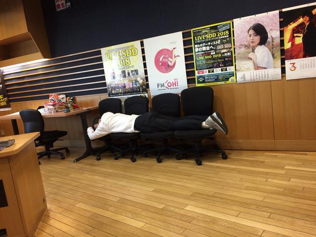 画像: 昨日の遠藤さん。春の暖かさに誘われたんでしょうか、「ねむ〜〜〜い」言うてお昼寝してました(笑)