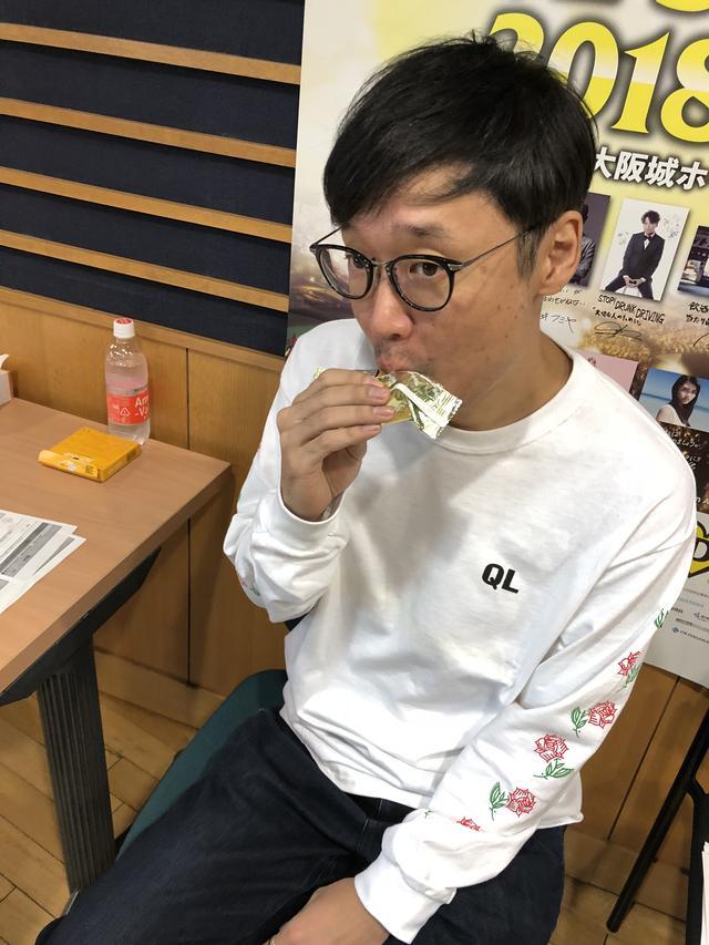 画像: 局内で買ったカロリーメイトを食べているエンドゥーさん ダイエット中??