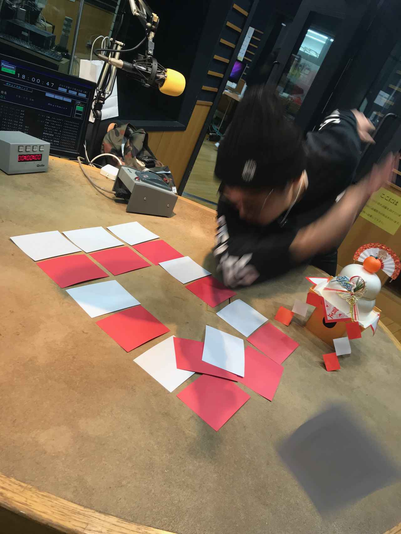 画像: 紅白カード!! こんなに激しく取ってましたっけ!?笑