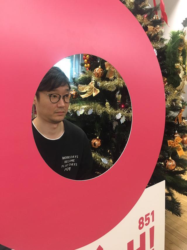 画像: 遠藤さん越しのクリスマスツリーです。